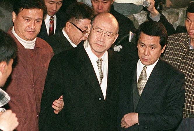Арест корейского президента Чон Ду Хвана органами прокуратуры в доме его родственников в Хапчоне