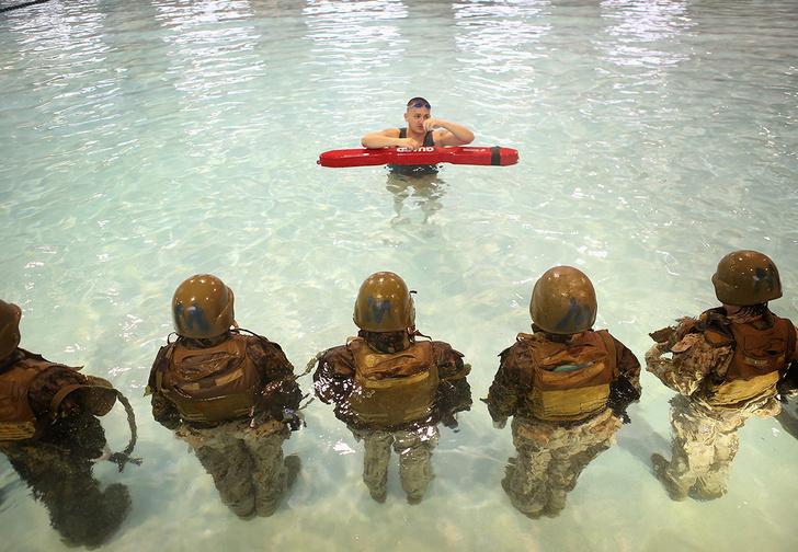 Фото №2 - Солдаты НАТО прячут телефоны в презервативы и прыгают в воду, а виноваты во всем опять российские хакеры!