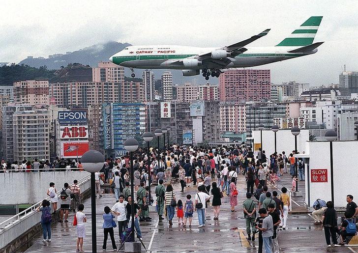 Фото №1 - История Кайтака— самого опасного аэропорта в мире