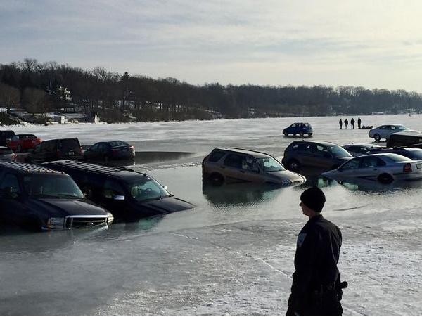 Отличная была же идея - припарковаться на льду!