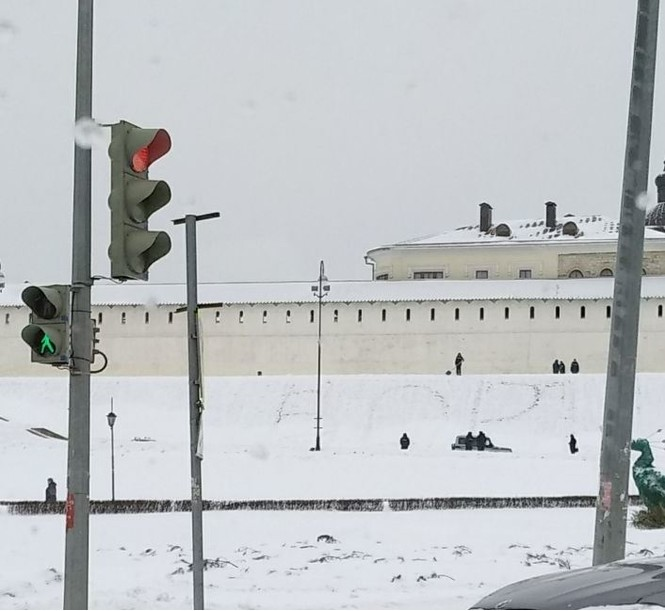 Перед Казанским кремлем кто-то вытоптал огромное слово «ВОРЫ»