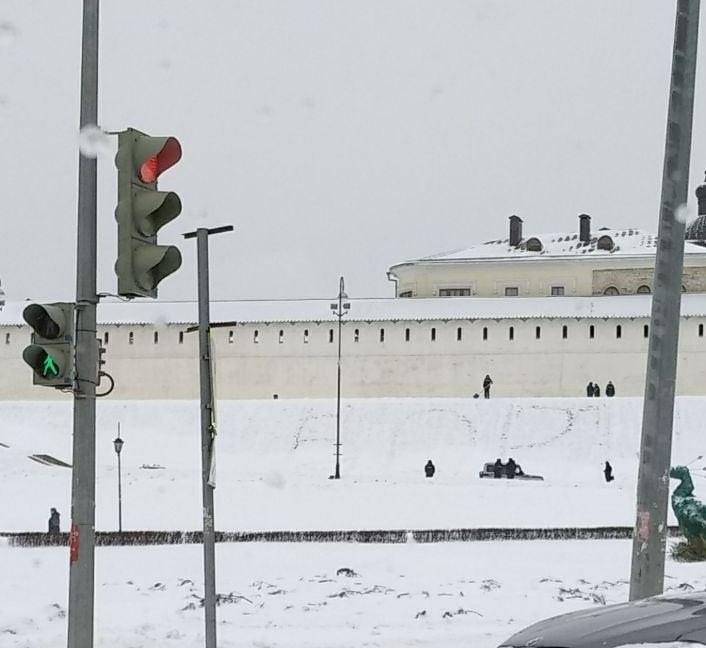 Фото №2 - Перед Казанским кремлем кто-то вытоптал огромное слово «ВОРЫ»
