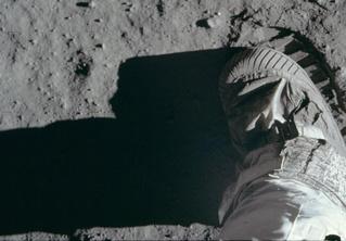 Опубликована полная галерея снимков американской миссии на Луне