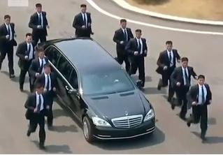12 разогнанных мужчин: охрана, бегущая за лимузином Ким Чен Ына, взбаламутила Интернет (ВИДЕО)