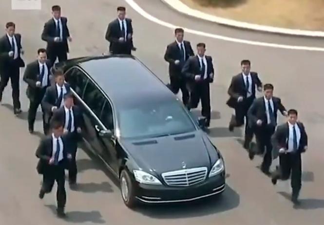 разогнанных мужчин охрана бегущая лимузином ким чен ына