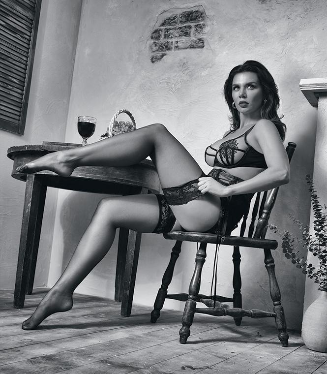 Ради фото в журнале Maxim, Антонио Бандерас поставил Анну Седокову на колени