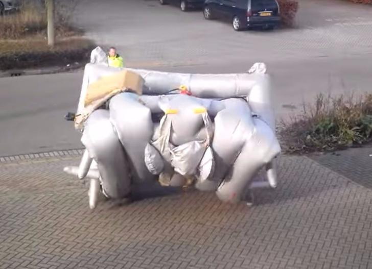 Фото №1 - Как срабатывает надувной трап без самолета (видео)