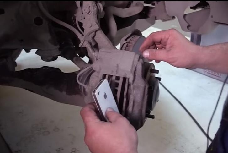 Фото №1 - Мужики заменили автомобилю тормозные колодки на айфоны (видео)