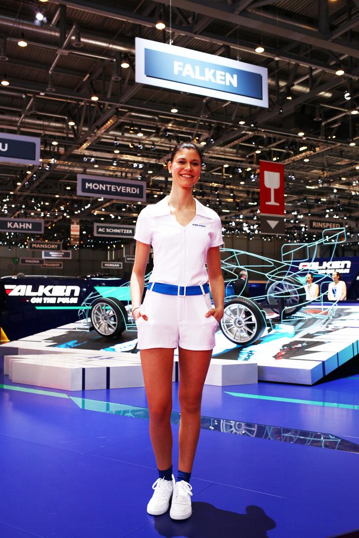 Фото №7 - Лучшие девушки автосалона в Женеве