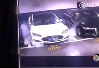 В Шанхае на парковке эпично самовоспламенилась Tesla (видео)