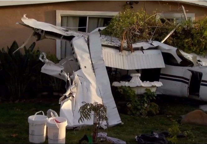 Гляди, как самолет рухнул прямо на жилой дом!