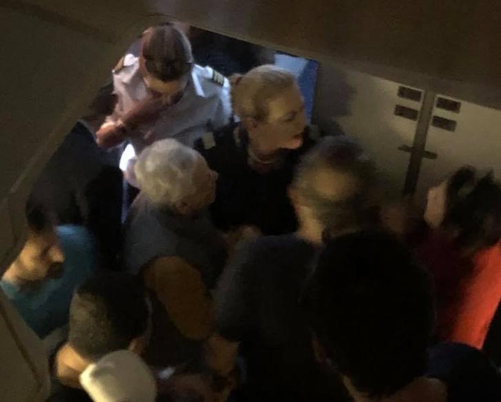 Фото №1 - Группа евреев устроила потасовку в самолете, потому что не хотела лететь в шаббат (нервное видео)