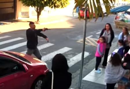 Налетчик наставил пистолет на мам с детьми! А дальше все было как в крутом боевике (ВИДЕО)