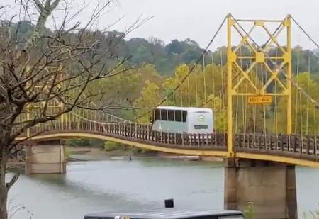 12-тонный автобус едет по мосту, рассчитанному на 10 тонн (видео)
