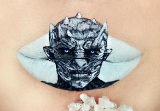 Девушка ювелирно рисует персонажей культовых фильмов на губах