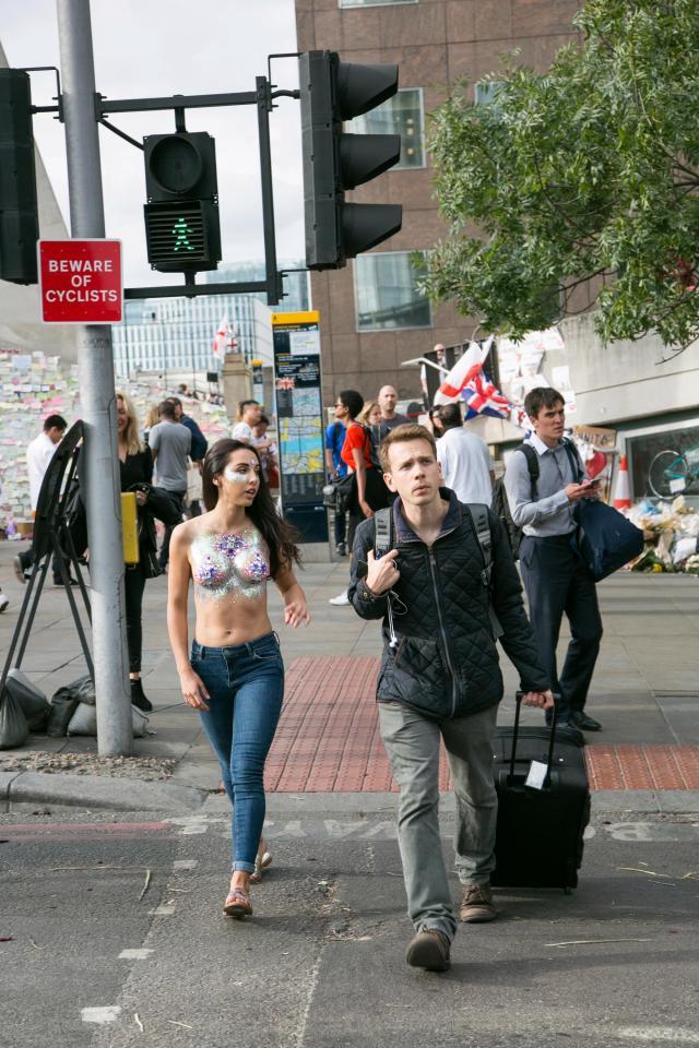 Фото №16 - Модель прошлась по городу топлес в поддержку тренда «грудь в блестках»!