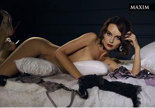 Полулежа в полумраке: Юлия Подозерова в самой чувственной фотосессии MAXIM