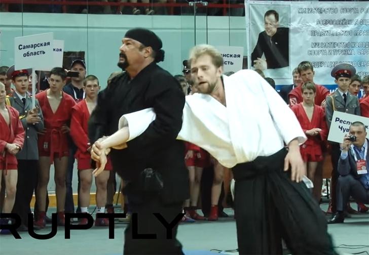 Фото №1 - Скучающий Стивен Сигал провел мастер-класс по айкидо, но вышло наиграннее, чем в дешевых боевиках (грустное видео)