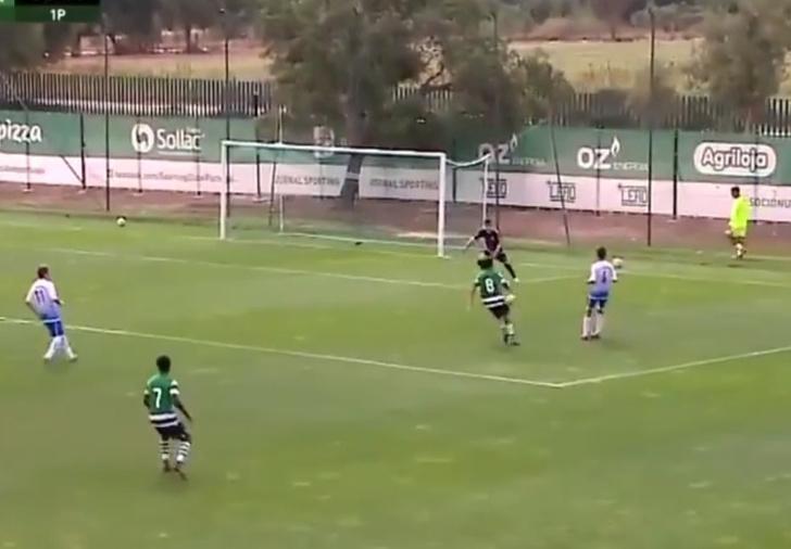 Фото №1 - Гол-вундеркинд: футбольная команда открыла счет на 13-й секунде, даже не ударив по мячу (видео)