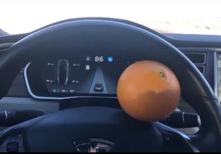 Мужик обманул автопилот Tesla с помощью апельсина! (хитроумное ВИДЕО)