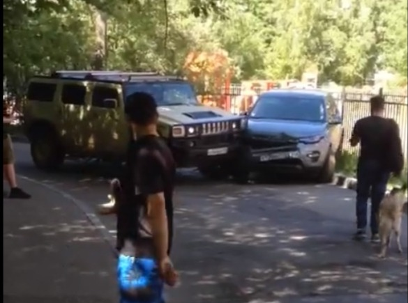 Фото №1 - Водитель на «Хаммере» утюжит припаркованный автомобиль! ВИДЕО
