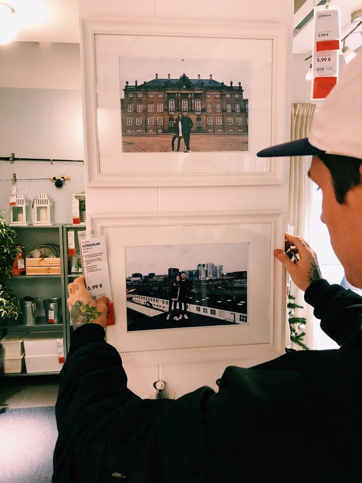 Фото №3 - Парень с девушкой заменили все фото на полках в «Икее» на свои собственные