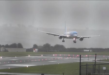 Пассажирский «Боинг» заходит на посадку боком из-за мощного встречного ветра (видео)