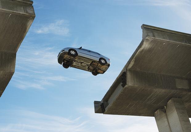 Фото №1 - Итальянец на машине перепрыгнул через разведенный мост в Питере (видео с места ЧП)
