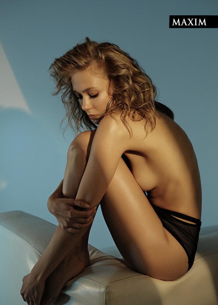 Фото №2 - Диван желаний! Пленительная Татьяна Бабенкова в фотосессии MAXIM