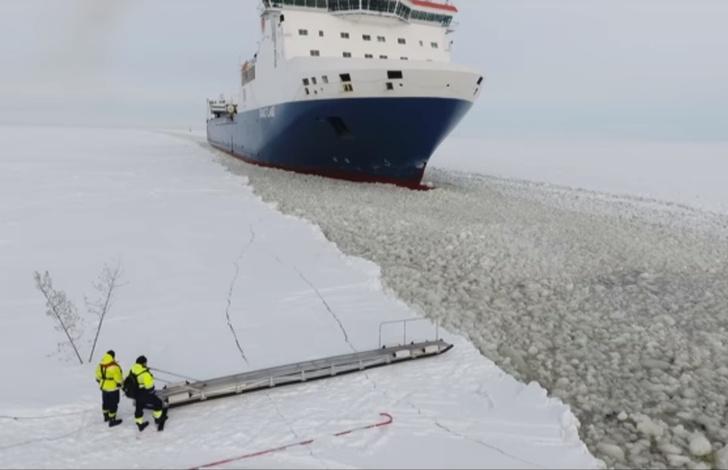 Фото №1 - Как на ходу забраться в уходящий корабль (моряцкая ВИДЕОинструкция)