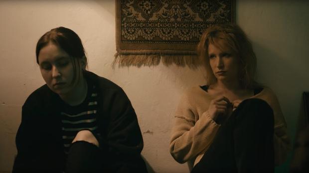 Фото №4 - Монеточка выпустила клип про лихие 90-е в стиле фильма «Брат»!