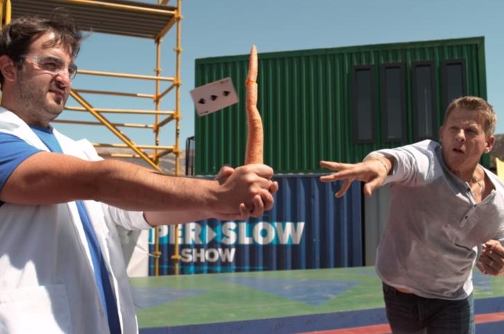 Фото №1 - Гляди, как парень режет морковку броском игральной карты! (ВИДЕО с приятным бонусом)