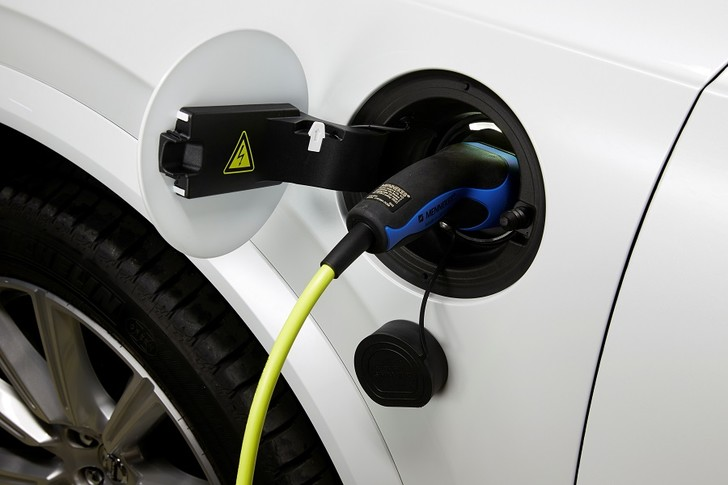 Фото №2 - Volvo Car Russia впервые представила подзаряжаемый от электросети внедорожник
