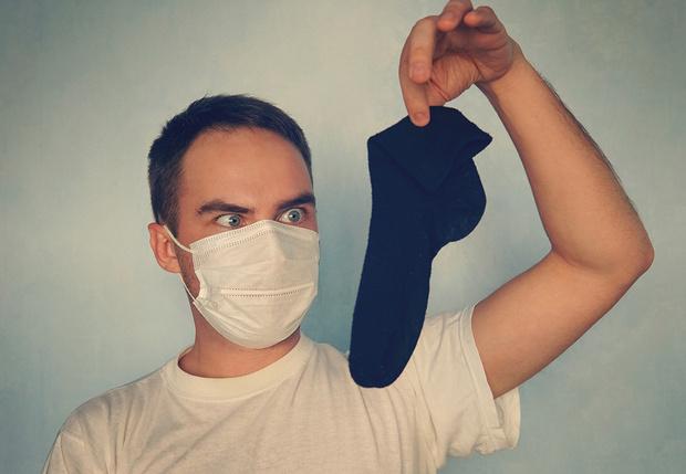 Фото №1 - Мужчина, имевший привычку нюхать свои носки, угодил в больницу