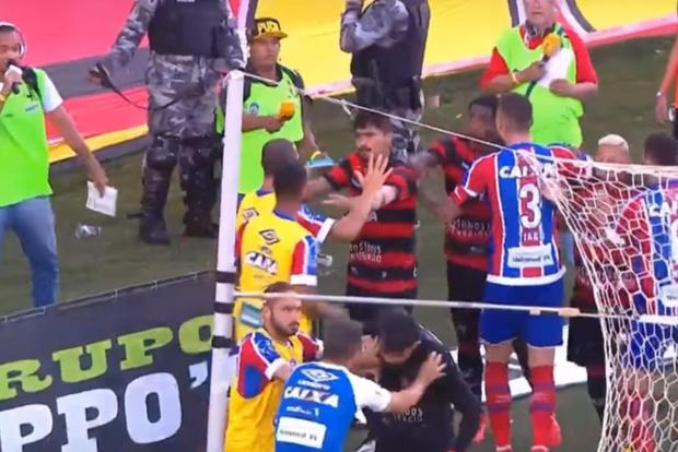 Фото №1 - Футбольный матч остановили из-за того, что закончились игроки! А началось все с зажигательной массовой драки (скандальное ВИДЕО)