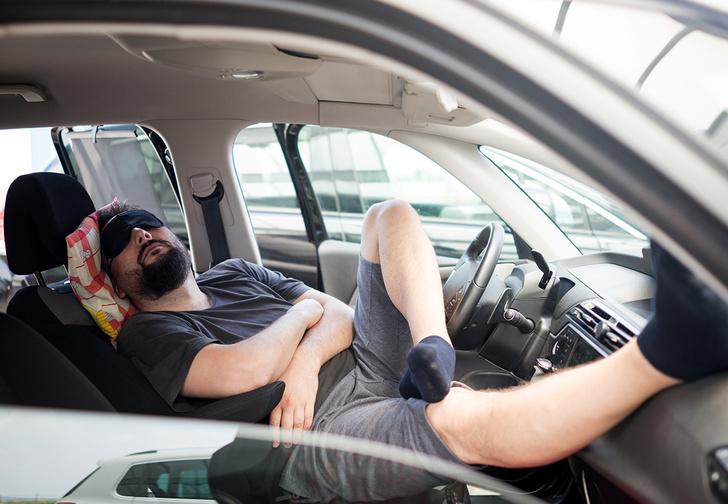 Фото №1 - Пьяный водитель Tesla спал за рулем, пока машину вел автопилот. Но полиция не оценила его находчивость