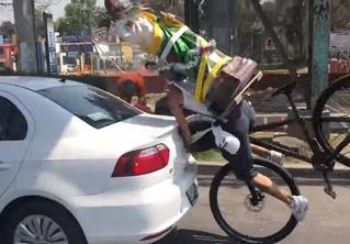Мы давно ждали этого момента: велосипедист со статуей святого за спиной врезается в машину! Видео