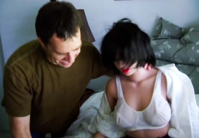 «Он буквально оторвал ей левую ногу!»: специалист по ремонту секс-кукол раскрывает тайны профессии