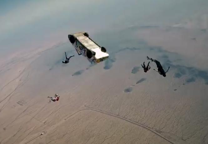 Что будет, если сбросить машину с самолета? Чтобы посмотреть, скайдайверы прыгнули вместе с ней. Улетное ВИДЕО!