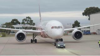 Мощь электричества: Tesla Model X буксирует Boeing