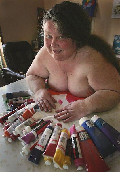художница рисующая грудью