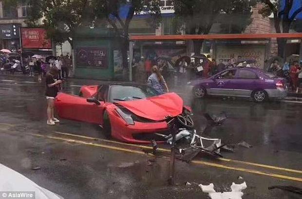 Фото №1 - Китаянка взяла в аренду Ferrari и тут же его разбила (ВИДЕО)