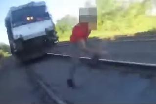 Через секунду этого парня собьет поезд! Вдруг появился полицейский — и... (ВИДЕО)
