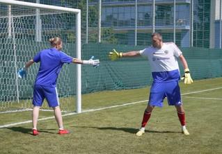 Кто круче бьет и берет пенальти — Дзюба или вратарь женской сборной России по футболу? (видео)