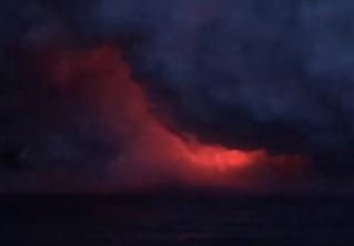Вулканическая бомба пробивает крышу экскурсионного корабля — устрашающее ВИДЕО