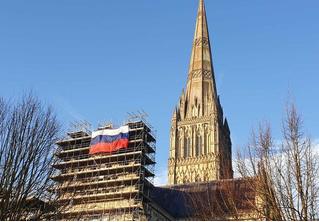 На Солсберийском соборе вывесили российский флаг (фото)