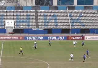 Российский футболист подбил мячом птицу на лету во время матча (видео)