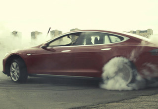Электромобиль Tesla Model S — голливудский тест-драйв с дымящимися покрышками и запахом сгоревшей резины