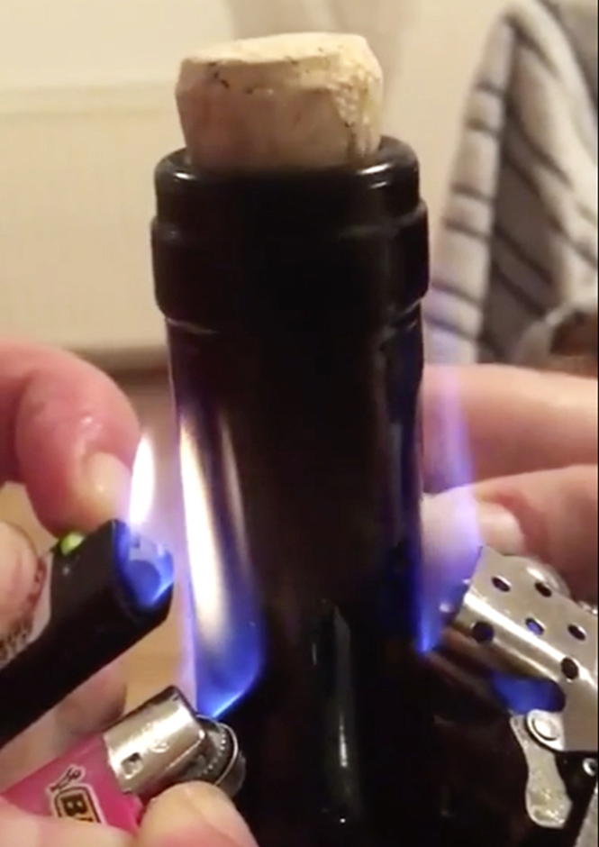 Фото №1 - Как открыть вино с помощью зажигалки
