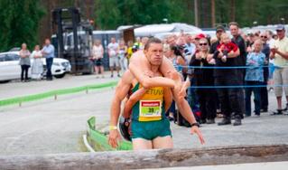 В Финляндии прошло соревнование по переноске жен (ВИДЕО)